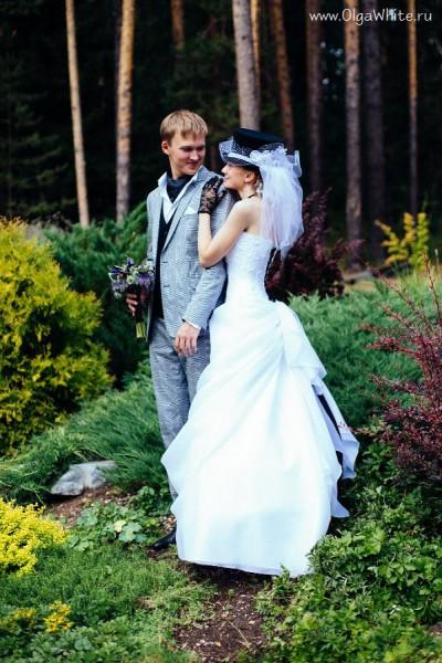 Цилиндр с фатой на невесте. Свадьба в фетровом цилиндре с фатой. Фото.
