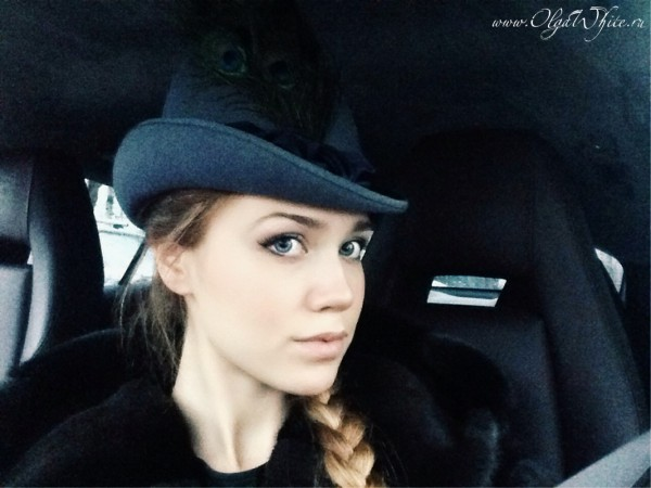 Шляпка Анны Карениной. Девушка в машине.