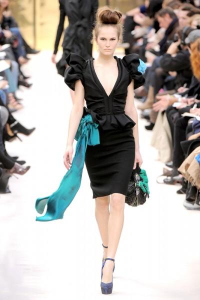 Черное платье с аксессуарами цвета морской волны - коллекция Louis Vuitton 2009