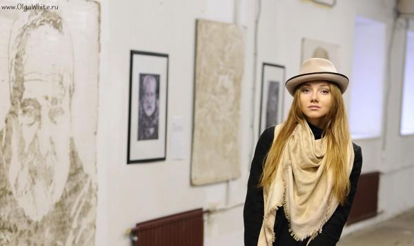 Бежевая шляпа с маленькими полями - коричневая лента, бежевый шарф, джинсы, пальто.