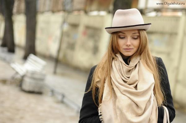 Бежевая фетровая шляпа и бежевый шарф-снуд - купить в интернет-магазине. Фото на девушке стритстайл