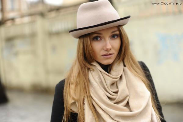 Купить модную бежевую шляпу с маленькими полями. Фото девушки в бежевой шляпе