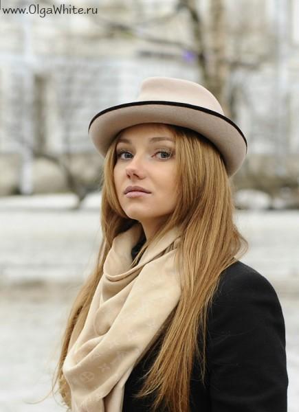 Бежевая фетровая шляпа - купить в интернет-магазине. Носить с пальто и шарфом. Фото на девушке стритстайл