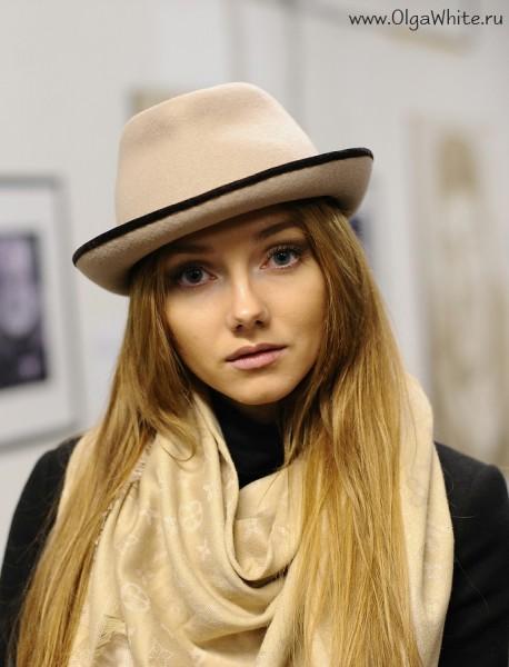 Бежевая фетровая шляпа с маленькими полями и коричневой лентой-купить. С чем носить - джинсы, черное пальто, бежевый шарф и сумка - стритстайл