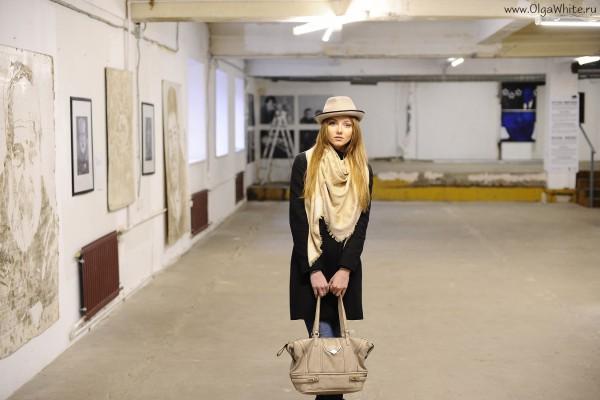 Бежевая фетровая шляпа-купить. С чем носить - джинсы, черное пальто, бежевый шарф и сумка