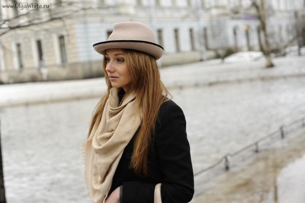 Бежевая фетровая шляпа с маленькими загнутыми полями - фото на девушке с пальто, шарфом, джинсами стритстайл 1