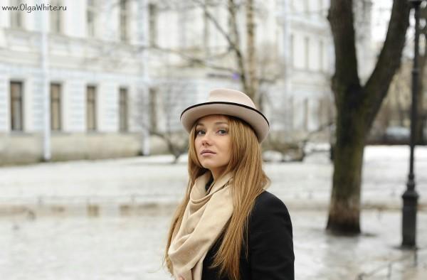 Бежевая фетровая шляпа с маленькими загнутыми полями - фото на девушке с пальто, шарфом, джинсами стритстайл