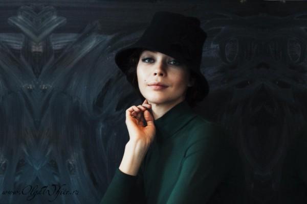 Черная фетровая шляпа и зеленое платье