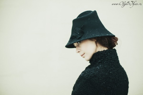 Черная фетровая шляпа с опущенными полями-купить
