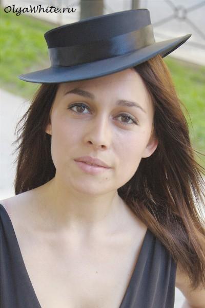 Черная шляпка с маленькими прямыми полями аля канотье купить