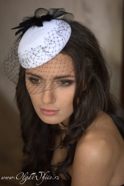 Белая бархатная шляпка-таблетка с черной вуалью и декором