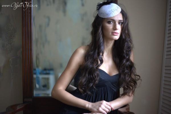 Белая шляпка-таблетка с черным декором и вуалью