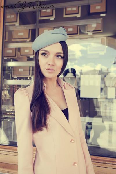 Женская шляпка-таблетка голубая