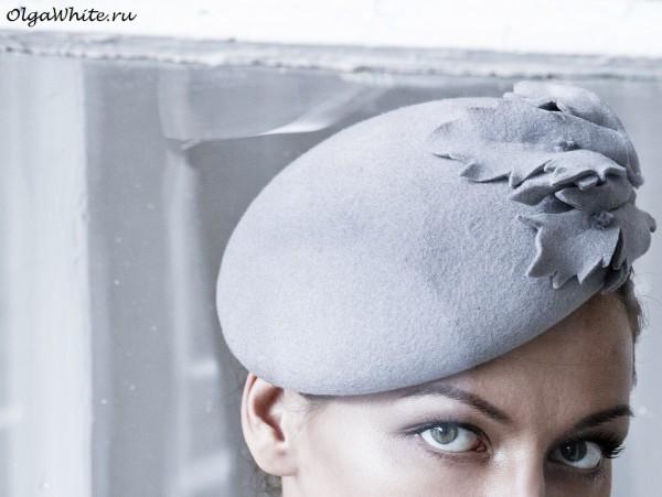 Серая женская фетровая шляпка беретка с украшением