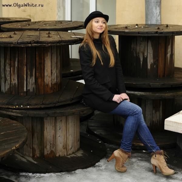 Шляпа котелок фото девушки в котелке, пальто и джинсах
