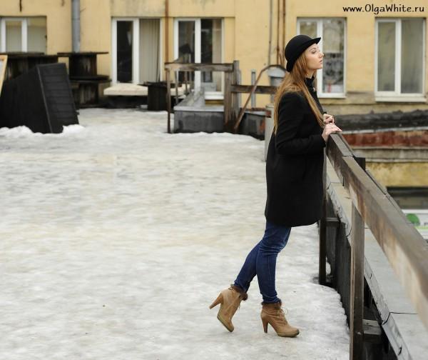 Шляпа котелок на девушке в пальто и джинсах