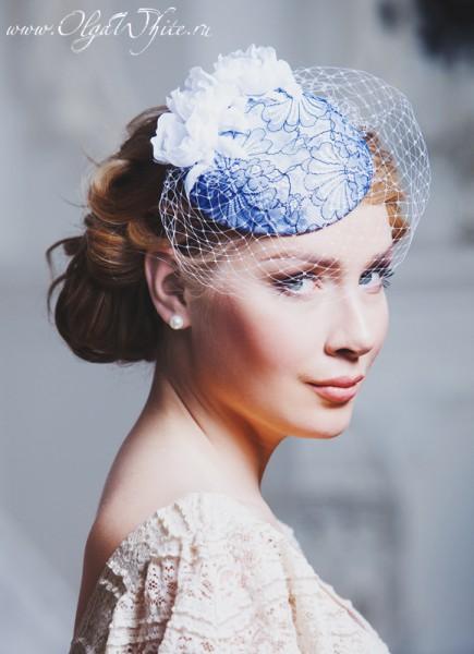Шляпка-таблетка с сине-голубым кружевом, белой вуалью и шелковыми цветами