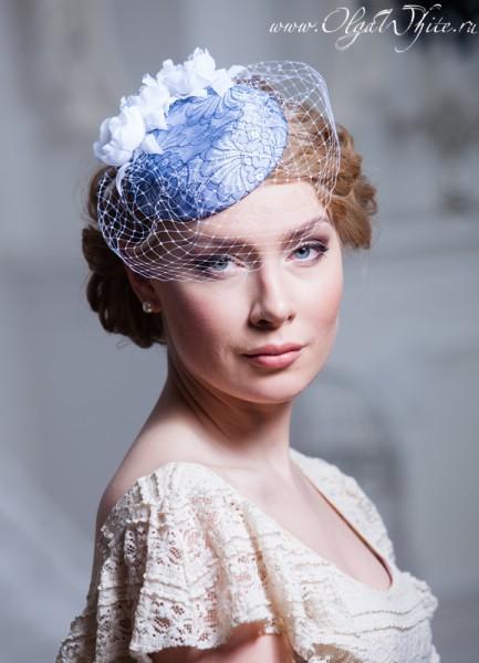 Шляпка-таблетка бело-голубая-с кружевом и цветами