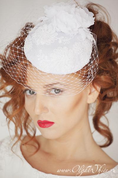 Свадебная шляпка-таблетка с цветами и кружевом