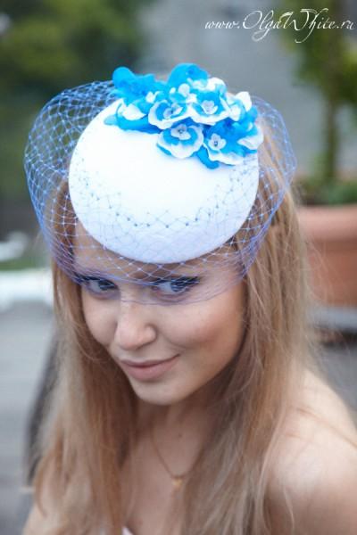 Бело-голубая свадебная маленькая шляпка-таблетка с цветами и вуалью