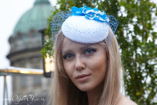 Белая с голубыми цветами свадебная шляпка-таблетка с вуалью