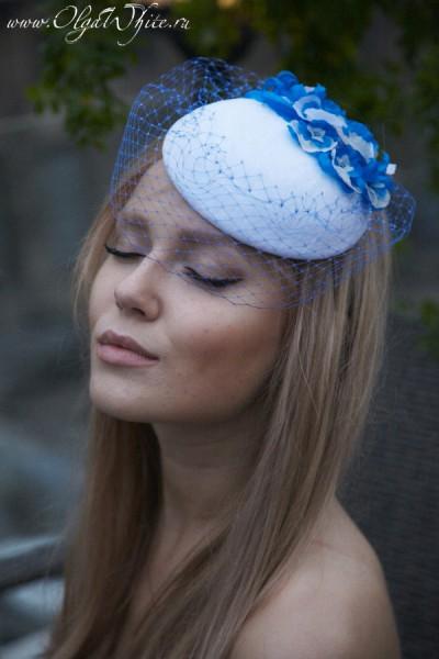 Белая с голубым свадебная шляпка-таблетка с цветами и вуалью