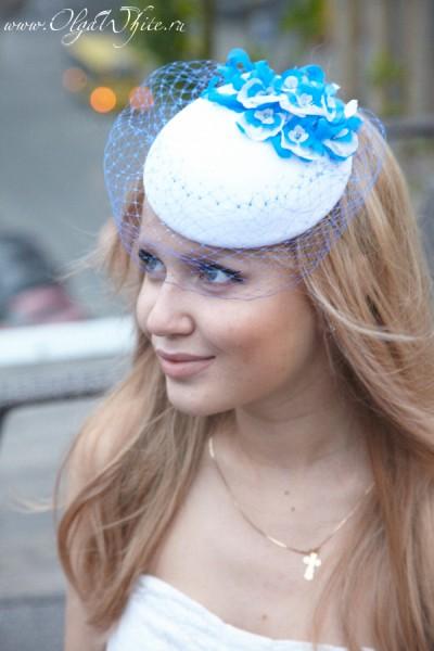 Белая свадебная шляпка-таблетка с голубыми цветами и вуалью
