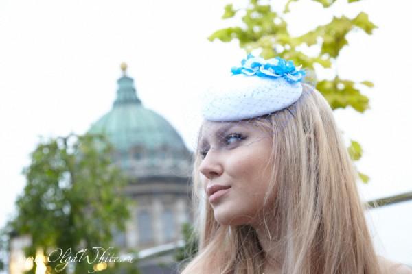 Бело-голубая шляпка-таблетка с шелковыми цветами и вуалью