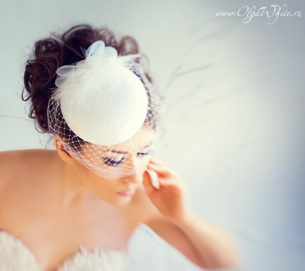 Кипельно-белая свадебная шляпка-таблетка с вуалью