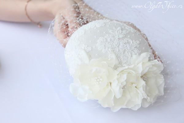 Свадебная шляпка-таблетка айвори-молочно-белая с кружевом , жемчугом, цветами и вуалью