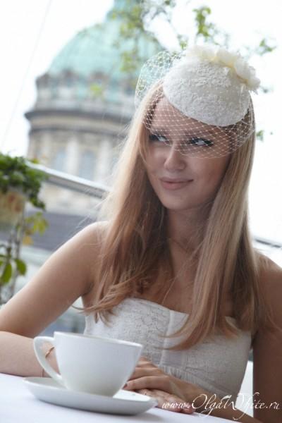 Свадебная шляпка-таблетка цвета айвори (молочно-белого) с цветами и вуалью